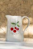 赤土陶器水罐用樱桃 库存图片