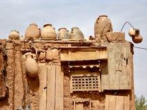 赤土陶器amphorae和黏土房子 免版税库存照片