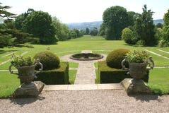 赤柏松修剪的花园庭院在Tiverton,德文郡,英国 免版税库存图片