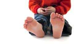 赤脚坐的小孩 免版税库存照片