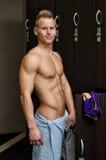 赤裸上身的年轻男性运动员在健身房有毛巾的化装室 库存照片