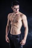 赤裸上身年轻吸血鬼的人,打手势对照相机 库存图片