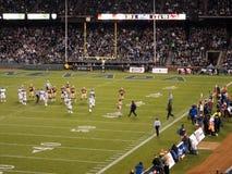赤裸人裸跑者在比赛中部跑在橄榄球场上  库存照片