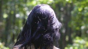 赤裸妇女在森林,后面看法,与自然团结的女性里走,纯净的秀丽 股票录像