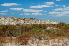 赤裸海底、岩石和蓝天 乌兹别克斯坦 免版税库存照片