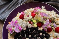 赤裸蛋糕用莓果和花 免版税库存图片