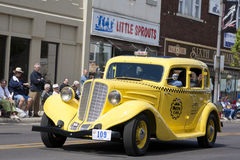 赤褐色小室出租汽车黄色 库存图片