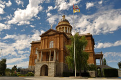 赤褐色法院大楼 免版税图库摄影