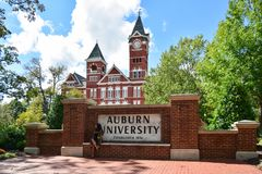 赤褐色, AL - 10月10,20 17日:奥本大学位于赤褐色,阿拉巴马 库存图片