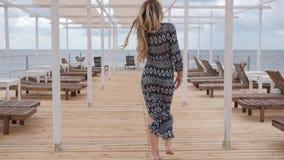 赤足去沿跳船,女性微风衣物的美丽的妇女岸海洋的,放松女孩 影视素材