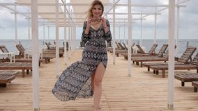 赤足去沿跳船,女性微风衣物的美丽的妇女岸海洋的,放松海边的女孩 股票视频