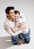 赤足夫妇愉快拥抱 库存照片