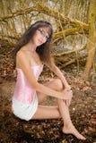 赤足女孩在童话森林里 图库摄影