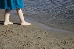 赤足小女孩在海滨旁边 免版税库存照片