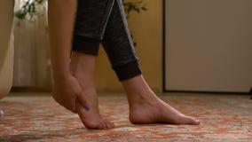 赤足按摩痛处脚底的妇女解除痛苦和重音 股票视频