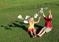 赤足男孩女孩货币投掷 免版税库存照片