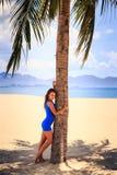 赤足短的蓝色连衣裙的深色的亭亭玉立的女孩 免版税库存照片