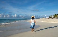 赤足走在一个加勒比海滩5的后面观点的妇女 库存照片