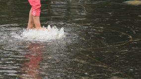 赤足走在喷泉的小女孩在夏天 股票视频