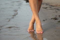 赤足走在沙子在海滩的夏天 免版税图库摄影