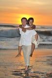 赤足走在海滩的新娘和新郎 免版税图库摄影