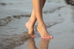 赤足走在海滩的沙子 库存照片