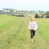 赤足跑的小女孩 免版税库存照片