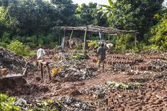 赤足Mudbrick前身分在黏土在乌干达 免版税库存图片