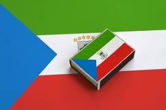 赤道几内亚旗子在一面大旗子说谎的火柴盒被生动描述 库存照片