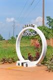 赤道横穿标志纪念碑在乌干达 免版税库存图片