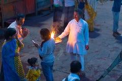 赫尔德瓦尔,印度- 2017年3月20日:在赫尔德瓦尔,印度,印度宗教的神圣的镇的圣洁ghats 提供浮动flowe的香客 免版税库存图片