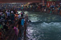 赫尔德瓦尔,印度- 2017年3月20日:在赫尔德瓦尔,印度,印度宗教的神圣的镇的圣洁ghats 提供浮动flowe的香客 免版税库存照片