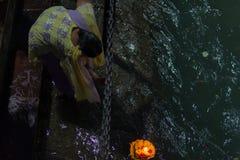 赫尔德瓦尔,印度- 2017年3月20日:在赫尔德瓦尔,印度,印度宗教的神圣的镇的圣洁ghats 提供浮动flowe的香客 库存照片