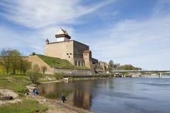 赫尔曼城堡和Friednship桥梁在纳尔瓦河 免版税图库摄影