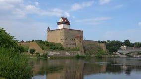 赫尔曼城堡的看法纳尔瓦河的河岸的,威严的天 爱沙尼亚 股票录像