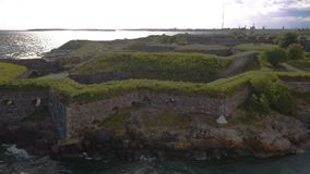 赫尔辛基与芬兰堡,芬兰老军事堡垒的海湾区域英尺长度鸟瞰图  影视素材