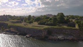 赫尔辛基与芬兰堡,芬兰老军事堡垒的海湾区域英尺长度鸟瞰图  股票视频