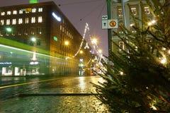 赫尔辛基在Aleksanterikatu街道上的市电车在湿12月晚上 免版税图库摄影