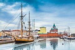赫尔辛基有Uspenski大教堂的在冬天,芬兰港口区 图库摄影