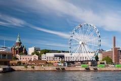 赫尔辛基港口看法有Uspensky正统大教堂的和在夏天下午期间的一skywheel 库存照片