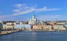 赫尔辛基都市风景有大教堂、南港口和集市广场的,芬兰 免版税库存图片
