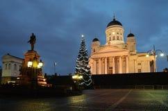 """赫尔辛基,芬兰†""""2012年11月25日:圣诞树在晚上 免版税库存照片"""