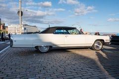 赫尔辛基,芬兰老汽车卡迪拉克黄金国 库存照片