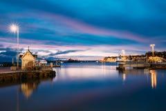 赫尔辛基,芬兰 与城市码头,在冬天日出的跳船的风景 库存图片
