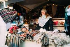 赫尔辛基,芬兰 卖围巾的妇女在欧洲冬天圣诞节 免版税库存图片