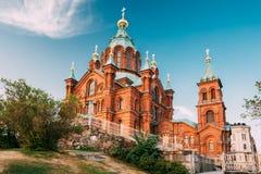 赫尔辛基,芬兰 在山坡的Uspenski正统大教堂在Katajanokka半岛俯视的城市 免版税库存照片