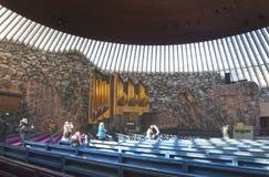 赫尔辛基,芬兰- 2013年3月17日:游人岩石内部的照片教会 免版税库存图片