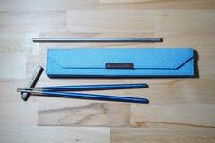 赫尔辛基,芬兰- 2019年3月27日:筷子和秸杆由钛制成为能承受的目的和不使用塑料那些 免版税库存图片