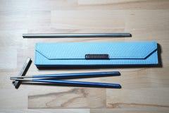 赫尔辛基,芬兰- 2019年3月27日:筷子和秸杆由钛制成为能承受的目的和不使用塑料那些 库存图片