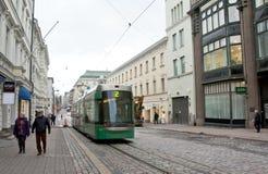 赫尔辛基,芬兰- 2016年11月17日:在城市街道上的电车 库存照片